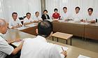 ピロリ菌対策事業について説明を受ける高槻市議会公明党のメンバー