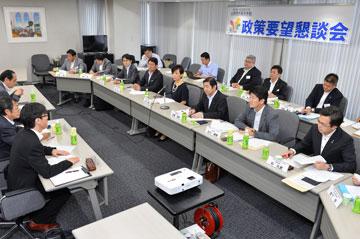 大阪弁護士会から要望を聞く佐藤府代表(前列右から3人目)ら=11日 関西公明会館