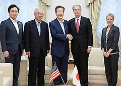ハイランド首席公使(右から2人目)の表敬を受ける山口代表(同左)ら=15日 公明会館