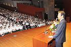 結党50年記念党員大会であいさつする山口代表=21日 熊本市