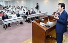 党神奈川県本部の夏季議員研修会であいさつする山口代表=30日 横浜市