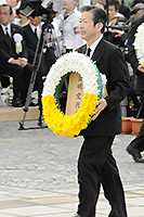 長崎平和祈念式典で、献花する山口代表=9日 長崎市の平和公園