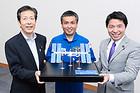 国際宇宙ステーションの模型を囲む山口代表、若田さん、伊佐衆院議員=7日 都内