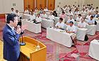 党兵庫県本部の夏季議員研修会であいさつする山口代表=24日 神戸市