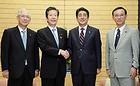 内閣改造に先立ち、自公党首会談に臨む山口代表と安倍首相ら=3日 首相官邸
