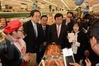 スーパーマーケットのキムチ売り場を視察する斉藤、上田、西田の各氏ら=17日 ソウル