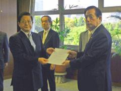 リニア中央新幹線の工事認可書を交付する太田国交相=17日 国交省