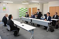 伊澤町長と意見交換する若松氏ら=18日 福島・いわき市