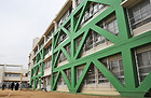 耐震工事が完了した小学校の校舎=大阪・高石市
