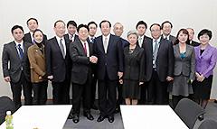 中国国際交流協会一行の表敬を受ける北側副代表(中央左)ら=4日 衆院第1議員会館