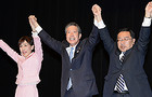 「神奈川フォーラム」で上田氏と公明党への支援を呼び掛ける山口代表、古屋副代表=26日夜 横浜市