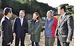 三重県熊野市で林業関係者と意見を交わす中川氏(左から2人目)