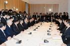 「経済最優先」で政権運営に当たることを確認した政府・与党連絡会議=26日 首相官邸