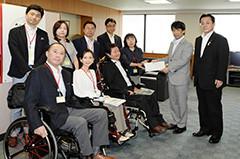 田村憲久厚労相(当時)に新たな難病対策で申し入れる遠位型ミオパチーの患者団体=6月 厚労省