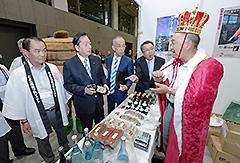 「道の駅EXPO2015」を視察する太田国交相(左から2人目)、中川康洋衆議院議員ら=3日 都内