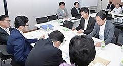 日本創成会議の増田座長、高橋教授から説明を受ける党推進本部=18日 衆院第1議員会館