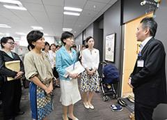 ひとり親支援のワンストップ相談窓口などを調査する古屋副代表と党PTの山本座長ら=11日 東京・豊島区役所