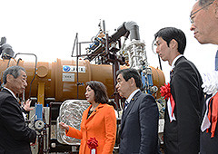 バイナリー発電で加藤社長から説明を受ける竹谷、若松、真山、甚野の各氏=20日 福島市土湯温泉