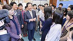 若者の政治参加について高校生と和やかに懇談する山口代表ら=29日 国会内