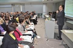 セミナーで講演する杉氏=5日 関西公明会館