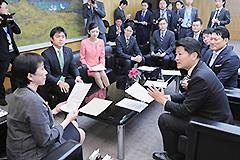 高市総務相(左端)に提言を申し入れる党青年委のメンバー=8日 総務省