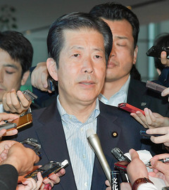 党首会談終了後、記者団の質問に答える山口代表=18日 首相官邸