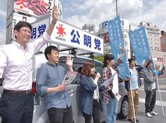 公明党の実績や政策を訴える太田総支部青年部長と青年局のメンバー=5日 長野・松本市