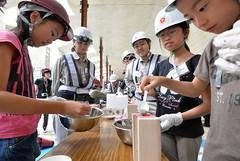 コンクリートを作る作業を体験する女の子ら=25日 千葉・市川市