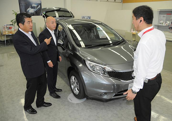 香川県高松市内の自動車販売店で「高齢者ASV購入補助制度」について説明を受ける(左から)広瀬県議、中村市議