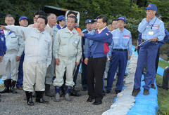 常呂川の復旧状況を視察する石井国交相ら=27日 北海道北見市