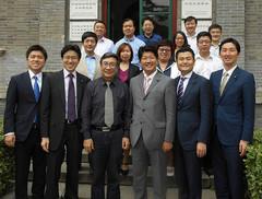 中国社会科学院日本研究所の高所長らと党青年訪中団=13日 北京市