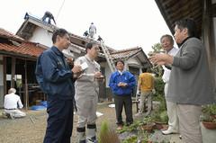 被災現場で近隣住民から要望を聞く斉藤、谷合の両氏ら=22日 鳥取・北栄町