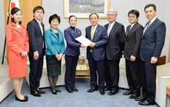 菅官房長官に文化プログラムに関する提言書を手渡す浮島委員長ら=1日 首相官邸
