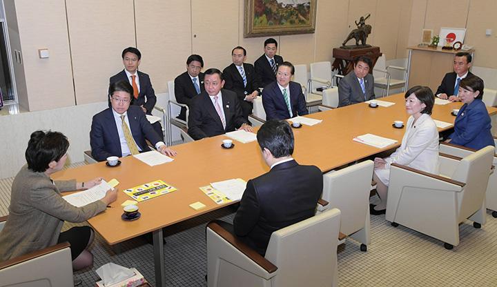 小池知事に政策提言を行う都議会公明党=6日 都庁