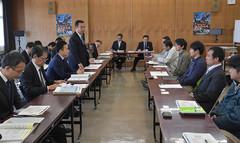 関係者と意見交換する高木副大臣、矢倉政務官=8日 福島・南相馬市