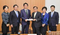安倍首相(中央左)に提言する桝屋本部長代行(同右)ら=19日 首相官邸