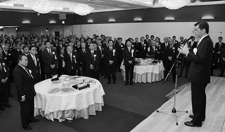 党福井県本部の新春年賀会であいさつする石井国交相(右)=9日 福井市