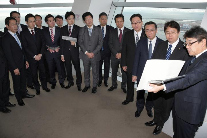 会場予定地の説明を受ける公明党の国会議員と府議団=13日 大阪市