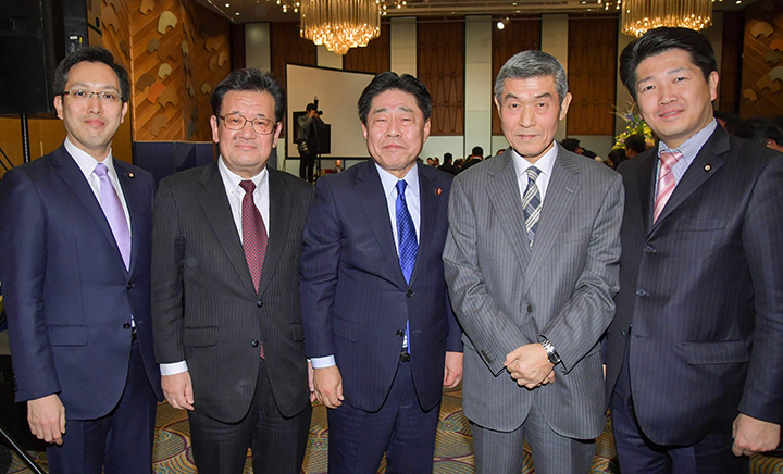 原田将日律代表(左から2人目)と懇談する北側副代表、杉久武参議院議員ら=24日 都内