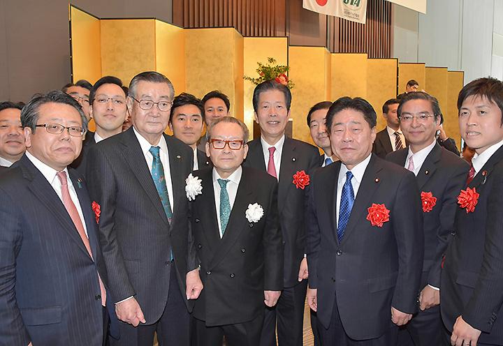 星野会長(前列左から2人目)と懇談する山口代表(中央)、杉久武参議院議員ら=24日 都内