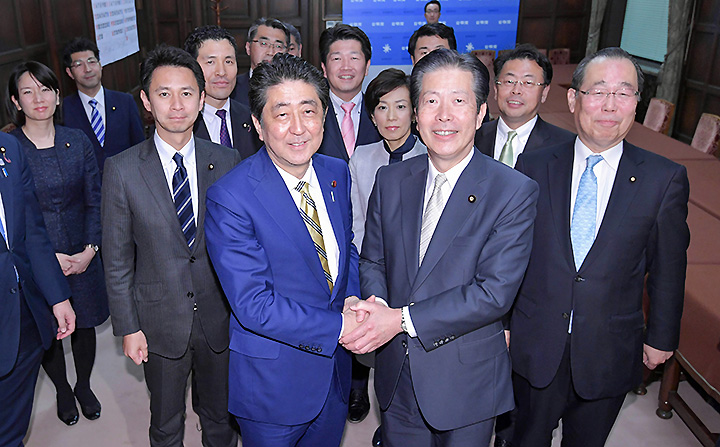 安倍首相(手前左)の表敬を受ける山口代表(同右)ら=31日 参院公明党控室