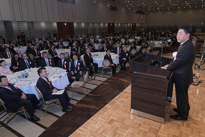 党滋賀県本部の新春年賀会であいさつする北側副代表(右)=4日 大津市