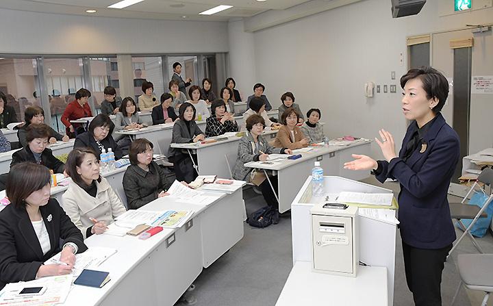 党大阪府本部の女性議員研修会で来年度予算案について説明する山本さん=12日 大阪市