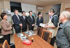 入居者らから話を聞く党プロジェクトチームのメンバーら=15日 東京・台東区