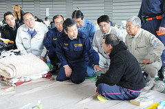 原発事故で福島から山形へ避難した被災者の激励に当たる山口那津男代表(中央)ら=2011年3月24日 山形市
