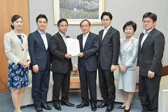 菅官房長官に提言する党再犯防止対策強化PTと法務部会のメンバー=昨年5月 首相官邸