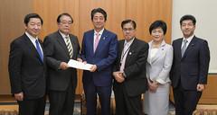 安倍首相(中央左)に提言を手渡した党働き方改革実現推進本部=28日 首相官邸
