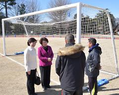済美山運動場に導入されたサッカーゴールを視察する、まつば都議と横山区議ら