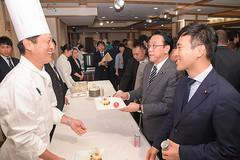 スイーツ賞味会で関係者から話を聞く矢倉政務官、長沢副大臣=10日 都内