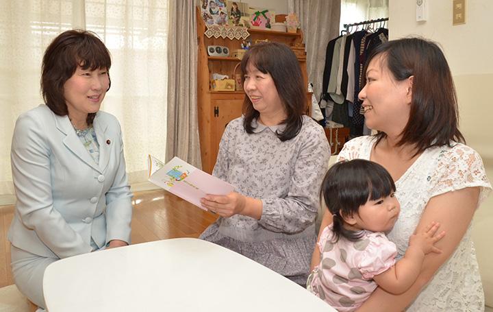 祖父母手帳を使った感想を聞く黒田市議(左端)